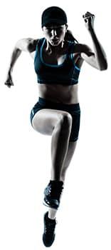 femme en tenue de sport pratiquant la course à pied sur un fond blanc