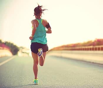 femme pratiquant la course à pied en intérieur sur la chaussée