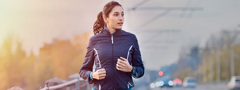 image d'une femme qui court sur le bord de la route pour montrer un paragraphe en mouvement