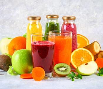mélange de fruits et légumes avec boissons detox et minceur