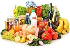 mélange d'aliments fruits et légumes et vin sur fond blanc