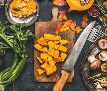 fruits et légumes découpés avec un couteau sur une table