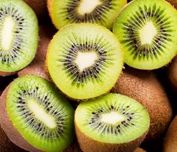 plusieurs kiwis en vrac découpés - fruits de saison