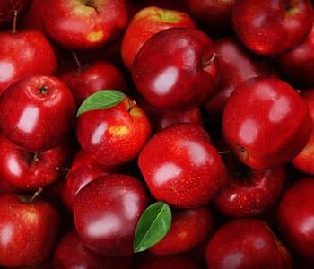 plusieurs pommes rouges en vrac - fruits de saison