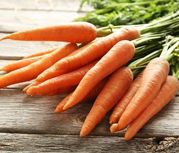 plusieurs carottes en vrac pour posées sur une table