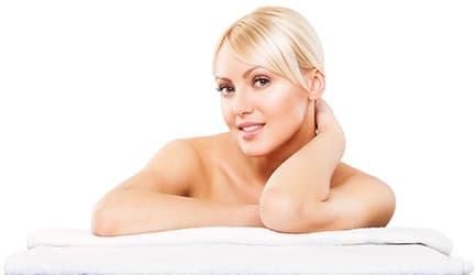 femme blonde allongé tenant sa nuque avec sa main gauche