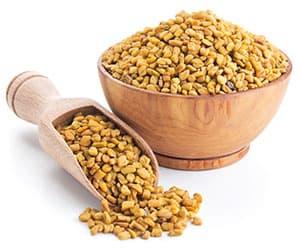 bol en bois rempli de graines de fenugrec pour la prise de poids