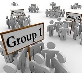 plusieurs groupes de personnages gris portant des pancartes indiquant leur numero de groupe