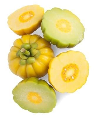 fruits du garcinia cambogia découpé en morceaux sur un fond blanc