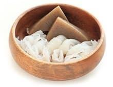 nouilles de konjac dans une récipient en bois sur un fond blanc