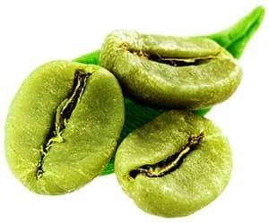 trois grains de café vert avec une feuille verte sur un fond blanc