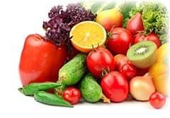 mélange de fruit et legumes multicolores sur un fond blanc