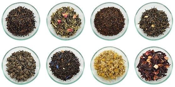 huit bol en verre rempli de thé de différentes couleurs et composition