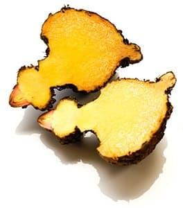 fruit de konjac glucomannane coupé en deux sur un fond blanc
