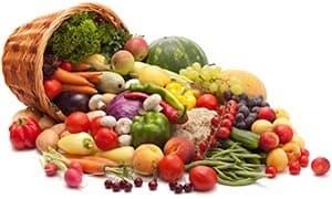 panier en osier renversant un grand mélange de fruit et legume multicolore