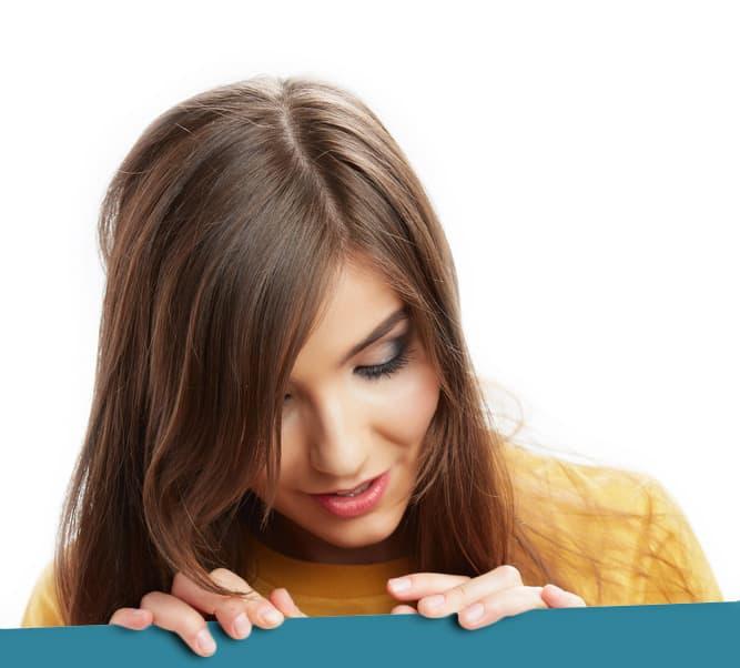 femme blanche appuyé sur un ruban bleu regardant le sol avec intensité