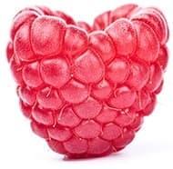 framboise rose prise en gros plan avec une forme de coeur sur fond blanc