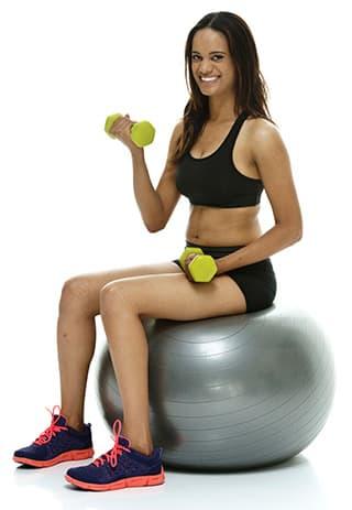 femme pratiquant des exercices sur un gros ballon gonflable