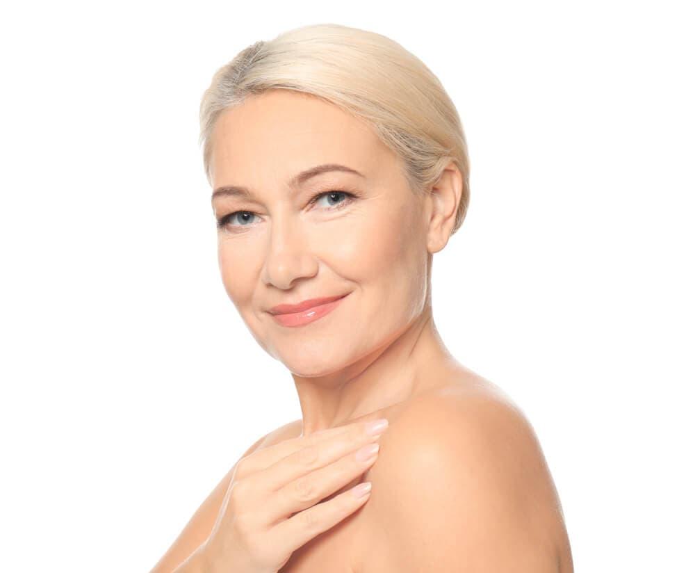 femme blanché agée blonde souriant sur un fond blanc