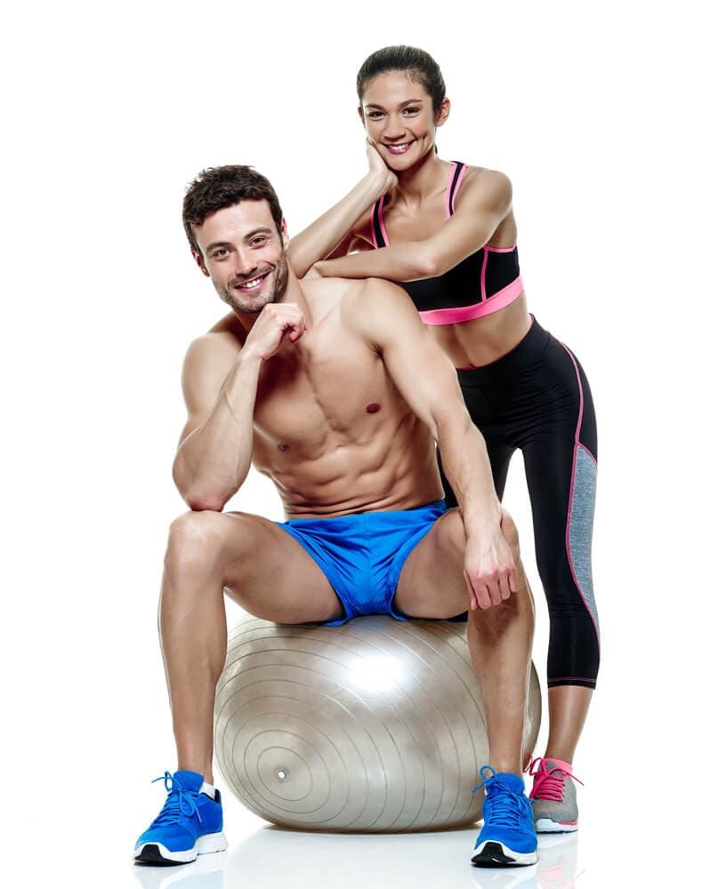 homme et femme sur un ballon gris en tenue de sport