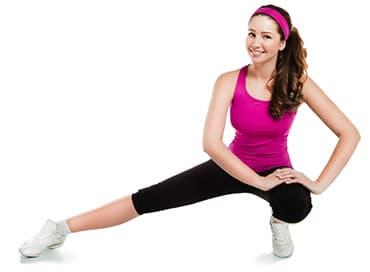 femme en tenue de sport faisant dex exercices sur un fond blanc