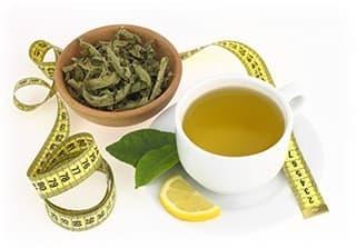 tasse de thé vert avec un bol rempli de feuilles de thé sur fond blanc