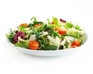 plat de salade multicolore sur un fond blanc - WeightWorld