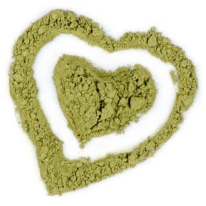 2 coeurs verts desinnés avec de la poudre sur un fond blanc