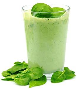 grand verre rempli d'une boisson detox verte - weightworld