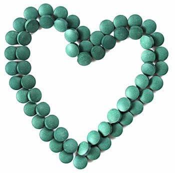 Comprimés bio super chlorella disposés en forme de coeur