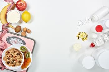 image coupé en deux des aliments d'un coté et des compléments de l'autre