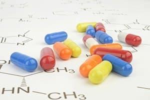 ensemble de gélules de toutes les couleurs posées sur une table