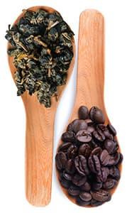 deux cuilleres remplis de cafe et de plantes sur un fond blanc-68595651