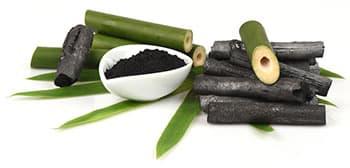 batons de charbon activé vert et noir avec des feuilles vertes