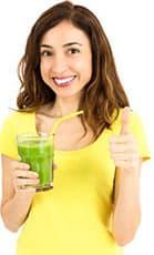 femme souriante avec une boisson detox dans les mains