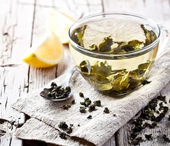 thé verts infusé avec tranches de citron sur une table