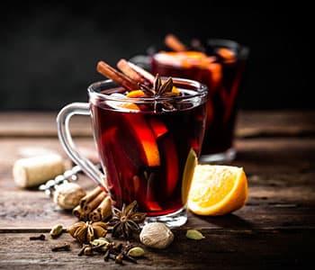tasses de vin chaud avec tranches de citron pour l'hiver