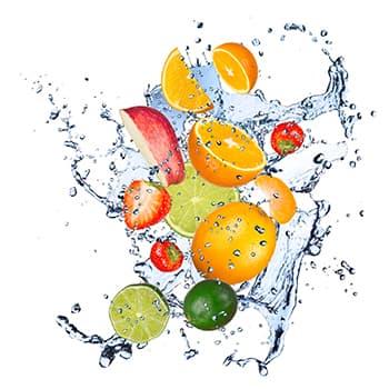 mélange de fruits découpés volant dans l'air avec de l'eau
