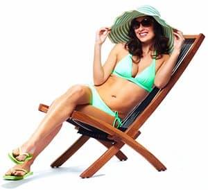 femme allongée sur une chaise longue pour montrer des astuces pour un corps de bikini parfait