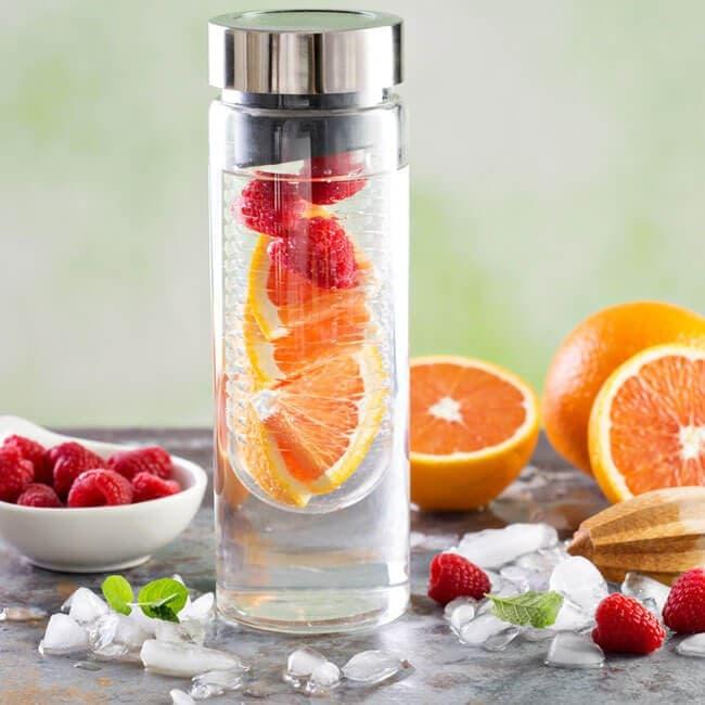 Pourquoi et comment utiliser une bouteille à infusion de fruits ?